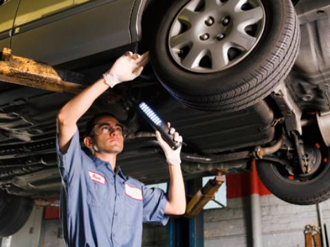revisando neumáticos