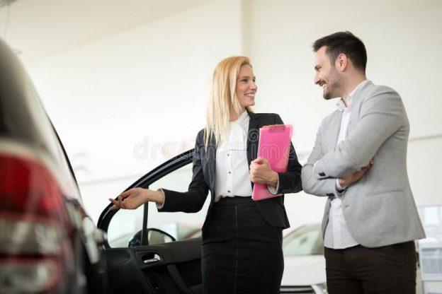 Hombre comprando auto