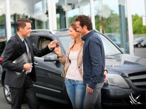 Mujer comprando seguro de auto