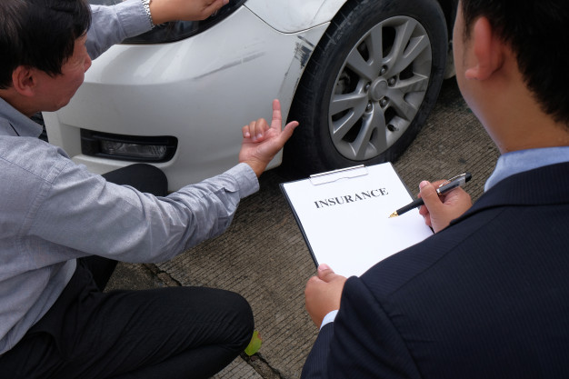 agente de seguros tomando datos de un accidente de auto