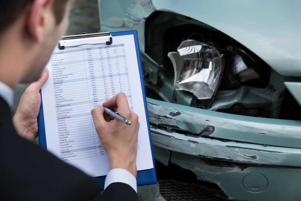 ajustador evaluando un accidente de auto