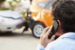 persona llamando a su aseguradora de autos