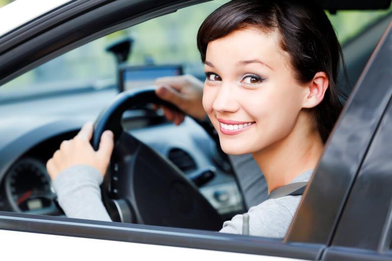 Mujer aprendiendo a conducir.